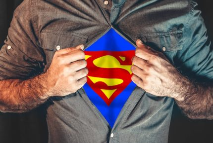 artigiano coraggioso vestito da superman