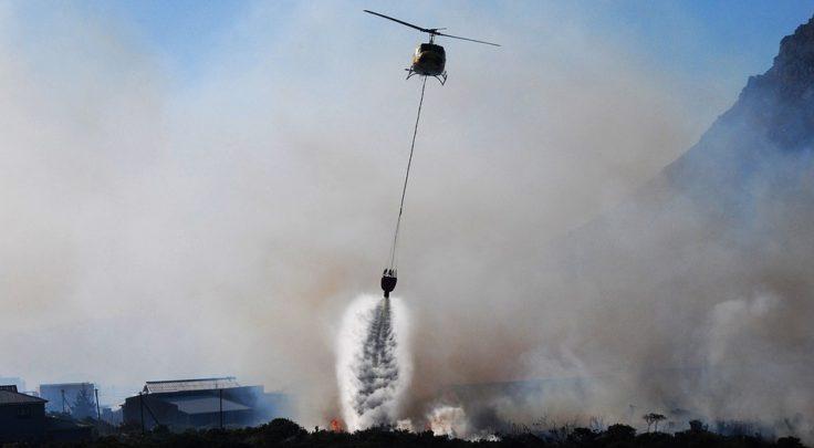 elicottero che spegne incendio